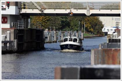 hausboot f hrerscheinfrei mieten in holland yachtcharter. Black Bedroom Furniture Sets. Home Design Ideas